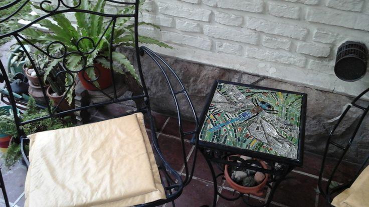 La otra libélula.  Mosaico de Venecia y piedra montado en chapa sobre mesita de hierro. Tamaño  30x30cm. Realizado por Patricia Kandus. 2016
