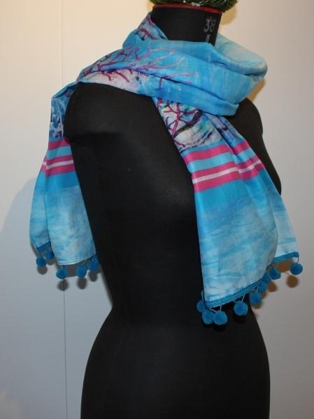 Sommerlicher Schal für kühle Frühlingstage.    Es handelt sich hier um einen kurzen Schal und daher eher für zierliche Frauen geeignet.    Der Stof...