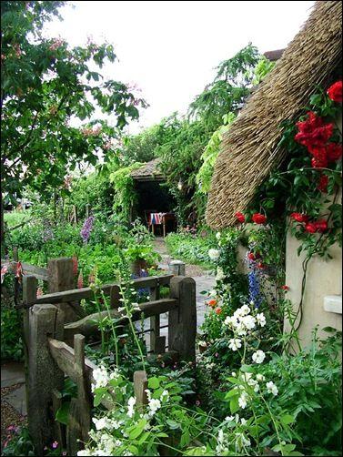 old-english-cottage-garden Voorbeelden van bloemen voor de cottagetuin:  Stokrozen  Oude rozen  Margrieten  Goudsbloemen  Korenbloemen  Duizendschoon  Campanula's  Papavers  Lupinen  Salvia's...