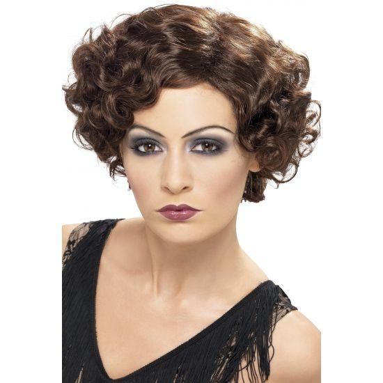 Jaren 50 damespruik van bruin gekruld, golvend haar. Deze jaren 50 dames pruik heeft een echte stijlvolle look. Deze pruik staat prachtig bij uw jaren 50/fifties verkleedkleding outfit.