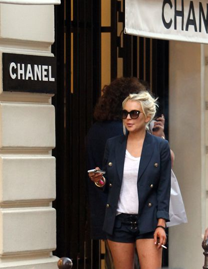 blazer + white tee + black shorts. Cute outfit. Smoking not cool. Lindsay Lohan I used to like...