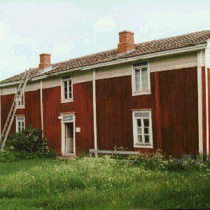 Jurvan museo. - Haapalan talo mainitaan manttaaliveroluettelossa uudistilana vuonna 1753. Nykyinen päärakennus on valmistunut 1874. Alkuperäisiä Haapalan rakennuksia ovat myös liiteri, pienempi aitta sekä savusauna. Loput museon kahdeksasta rakennuksesta on siirretty alueelle Jurvan muista taloista.