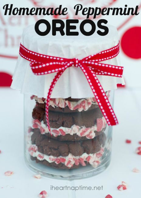 Homemade peppermint oreos on iheartnaptime.net ...Such a cute and inexpensive #gift idea for #Christmas!Ingredients  {batter} 1 box devils food cake 1 egg 1 stick of butter softened {frosting} 1 sticks unsalted butter, at room temperature 2 cups powdered sugar 1 TB milk, or heavy whipping cream 1/4 teaspoon Vanilla extract 1/2 teaspoon Peppermint extract Andi's crushed peppermints Instruction