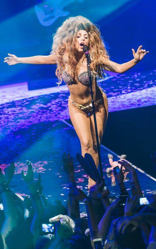 "Lady Gaga singing ""ARTPOP"" at the iTunes Festival 2013"