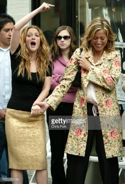 drew-barrymore-and-nancy-juvonen-during-drew-barrymore-honored-with-picture-id105260150 (406×594)