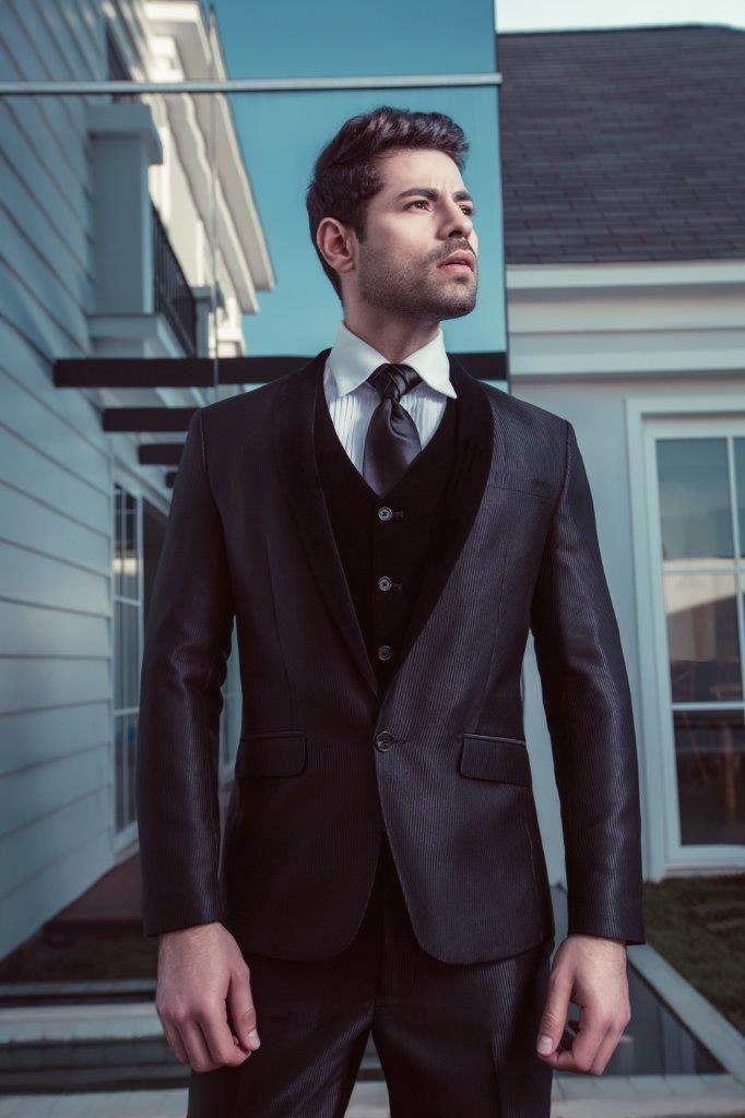 O preto acetinado deste terno é perfeito para os homens que querem um look diferente, com um pouquinho de brilho, mas que ainda possa ser considerado discreto. A lapela e o colete têm o mesmo tecido, o que deixa a peça bem harmoniosa e sofisticada.