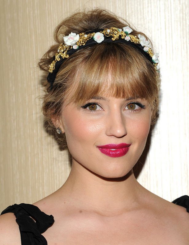 La actriz estadounidense Diana Argon, elige complemento floral para acompañar su moño a media altura. La versión más dulce y romántica que encontramo