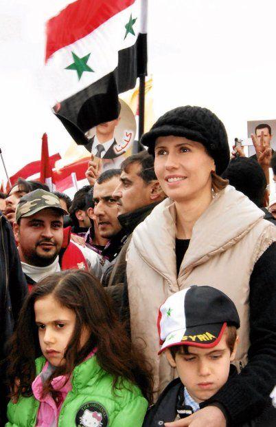 Reżimowa narzeczona. Wielu Syryjczyków liczyło na to, że Asmie al-Asad uda się okiełznać dyktatorskie zapędy męża, ale ona lojalnie milczy. Więcej: http://www.wysokieobcasy.pl/wysokie-obcasy/1,53662,11260934,Rezimowa_narzeczona.html