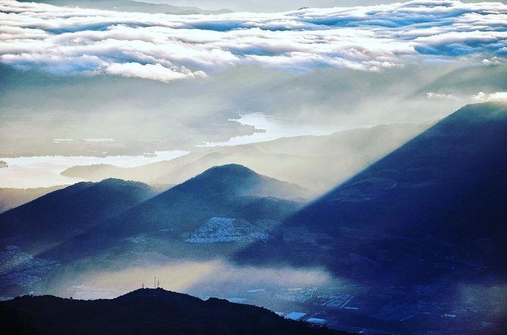 Lago de Amatitlán visto desde el Volcán de Agua. #guatemala #galasdeguatemala #guatemalaphotostock #paisaje #landscape #landscapephotography #montaña #mountain #amanecer #sunrise #adventure #aventura #wanderfolk #wanderland #wanderlust #wandering #instalike #instagood #instadaily #instapic #instagood #instatravel #travel #travelgram #viajexguatemala