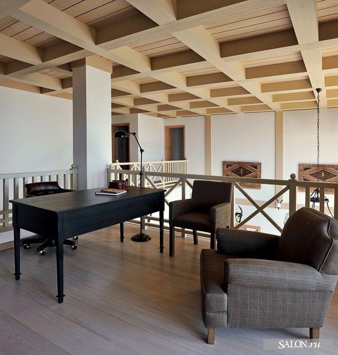 На антресоли устроен небольшой кабинет.   Письменный стол, Guadarte. Кресла, Flamant. Рабочее кресло, Cabiate Produce