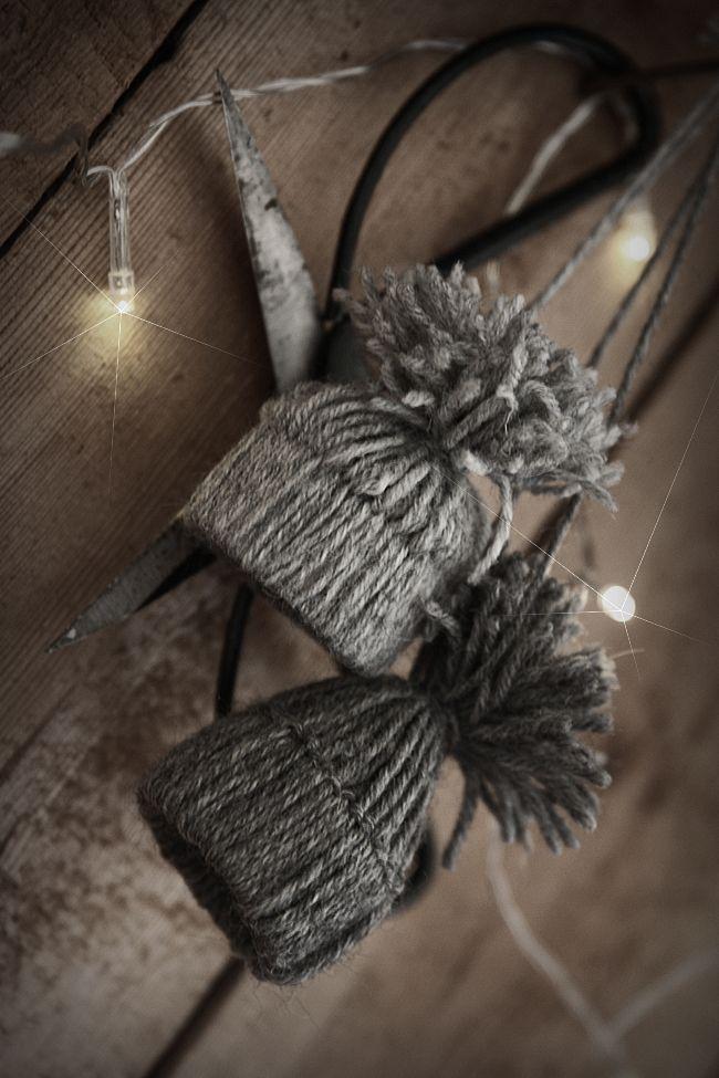 Christmas decoration - DIY with yarn, miniature hats