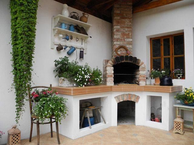 Grilovacia sezóna je v plnom prúde a tak sme si pre vás pripravili inšpirácie na vonkajšie kuchyne. Ak vám nestačí len obyčajný malý gril a máte na záhrade priestor, môžete ho využiť na krytú kuchyňu.