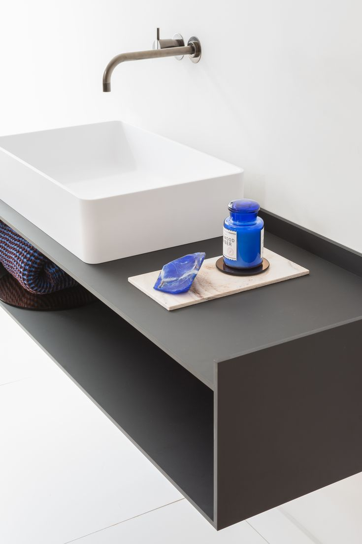 Nest is an elegant, slim-edged countertop washbasin made of Cristalplant. The collection offers round, square and rectangular models.