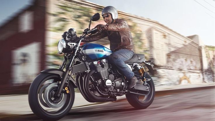 2015-Yamaha-XJR1300-EU-Power-Blue-Action-002