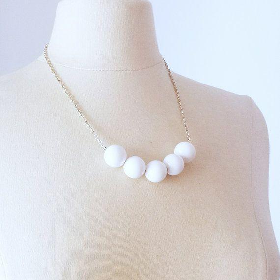 Minimalistische witte ketting met Vintage Lucite kralen ketting, kraal strand verklaring ketting, gelaagdheid ketting, gelaagde ketting, cadeau voor haar