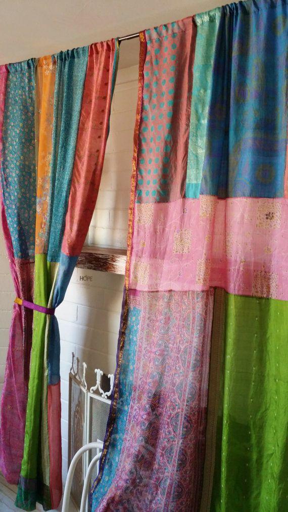 Drittes Auge Gypsy böhmischen Vorhänge handgemacht von Hippiewild  Betrachten Sie unsere neue Obsession: Vintage Seide Sari Vorhänge mit wunderbaren Jahrgang-Saris aus Indien gemacht... Alle Seide... Leicht wie eine Feder Ich nehme die schönsten Stücke und Patchwork zusammen... Von beiden Seiten schön! Diese sind sehr empfindlich und schiere... (Sari Ribbon Raffhalter enthalten)  Maße: Es gibt 2 Platten... Jede Platte ist ca. 51 breit x 82 lange (Rod Pocket 1) Kanten sind Roh Zickzack genäht…