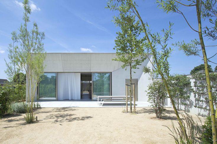 Concrete House Organized Around a Central Courtyard / CLAUWERS & SIMON architectes