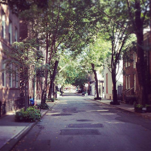 PLACES: WEST VILLAGE & GREENWICH.  West Village börjar där Soho tar slut, inte helt säker på exakt gata men jag tror det är 6:e avenyn. West Village & Greenwich är som New Yorks Paris. Här är gatorna smala och kringelkrokiga, med träd vars grenar lutar sig ner mot trottoarerna. Överallt finns små bagerier, fiskaffärer, delikatessbutiker och caféer.