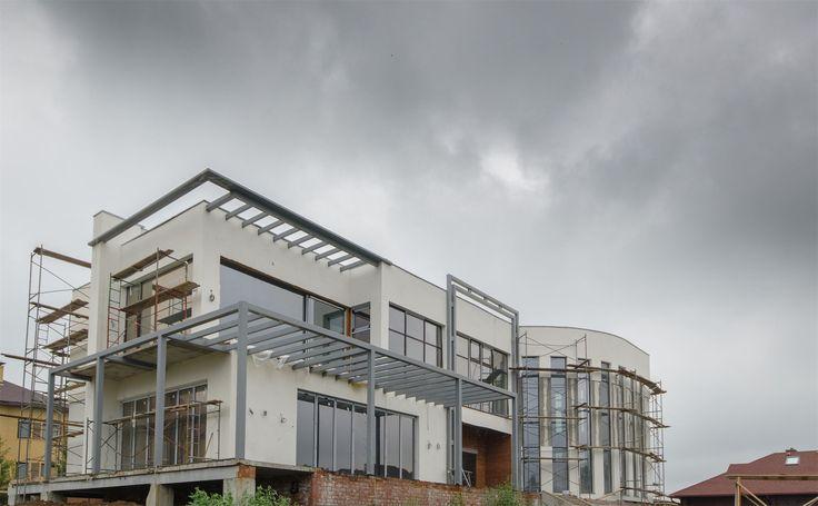 Отделка фасада дома близится к завершению, и в скором времени мы сможем увидеть его во всей красе. Благодарим Елену Истомину (студия Архи-Поиск) за такой замечательный проект.