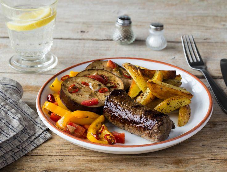 Gevulde runderrolletjes met gebakken aardappelen en gegrilde groenten De runderrolletjes vul je zelf met olijventapenade