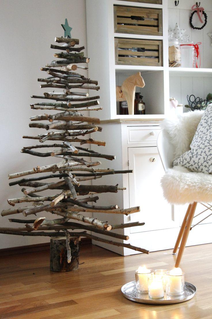 Holz Weihnachtsbaum bauen: Für diesen Holz Tannenbaum braucht man Äste unterschiedlicher Länge, einen Baumstamm und eine Metallstange. Ein kreativer Weihnachtsbaum aus Holz, den nicht jeder in seinem Wohnzimmer stehen hat und ein perfektes Einrichtungsobjekt im Skandi-Stil ist. Skandinavische Weihnachten pur.