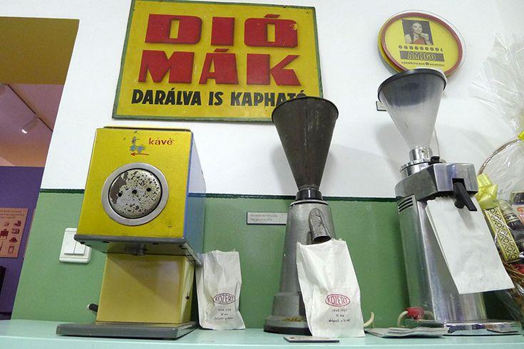 Ha valakit úgy hívnak, hogy Magyar Kereskedelmi és Vendéglátóipari Múzeum, nem sok jóra számíthat. A kereskedelem, meg a vendéglátóipar olyan, mint a térfogat, meg a gipszkarton. Rengeteg dologra jók, de egyik sem tűnik izgalmasnak.Viszont ha szétszedjük a nevet Közértmúzeumra, Kávéházmúzeumra,…