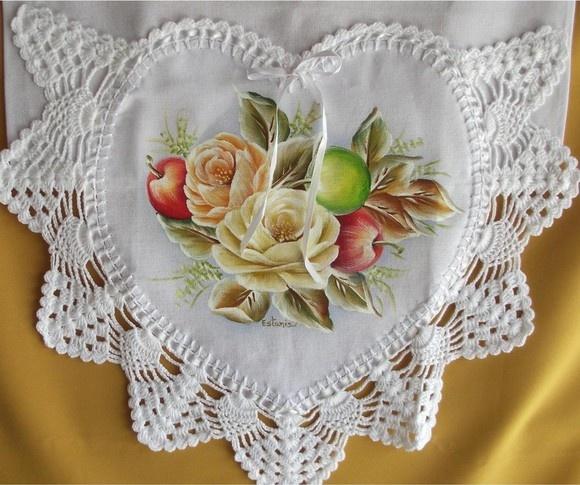 Pano de prato de algodão, pintado a mão e barrado em croche com linha de algodão.  Frete por conta do cliente. R$30,00