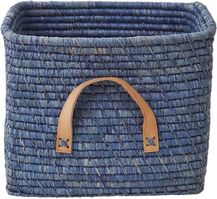 Rice Förvaringskorg m Läderhandtag är en fin flätad korg med läderhandtag som gör förvaringen både praktisk och snygg. En stilig inredningsaccessoar som gör sig lika bra i alla rum!<br><br>Mått: 30 x 30 x 25 cm.<br><br>Material: Raffiabast, Läder.<br><br>Färg: Blå.