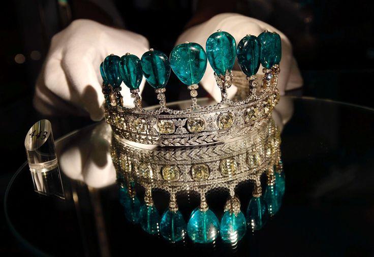 TIARA DE ESMERALDA E DIAMANTE A linda tiara, que teria sido da coleção pessoal de Katharina Henckel von Donnersmarck, é  feita de pedras de esmeralda e diamante. Confecionada em 1900, a tiara foi leiloada por US$ 12,7 milhões (mais de R$ 37 milhões em valores atuais) em Genebra em 2011.