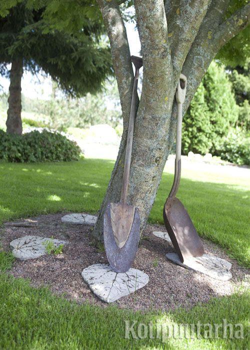 Puutarha saa ryhdikkään ilmeen, kun puun aluset on huoliteltu. Lisäksi puun runko on suojassa ruohonleikkurilta ja trimmeriltä. www.kotipuutarha.fi