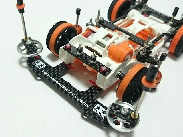 ホビーゾーン久御山でのコンデレに参加のため「リファイン」として作り直しました。 (。-∀-)  ☆変更点 ○プレート類をフルカーボンに。 ○フロントを19mmのAAに変更。ピンで初スタビ制作。スタビ部分は低摩擦の軸受け(オレンジ)を使用しました。 ○リアにカーボンの端材でローラーガードを制作。 ○その他、部品数を減らし軽量化。ボディの立て付けの見直し、など。  今回ボディは触ってません。綺麗に拭いたぐらいですw 自身初のフルカーボン化。仕上がるとキリっとしていい感じですが加工が大変なのでまた造るとなると・・・でもいい経験になりましたw σ( ̄∇ ̄;)  重量は電池抜きで138gです。前の状態からかなり部品数減らしたんですがまだまだ重いです。  2016/8/21 ホビーゾーン久御山のコンデレに出品してきました。まだ参加者が少ないみたいなのでどーなるかわかりませんが少しでも盛り上がってくれたら嬉しいですね♪ (ノ´∀`*)  2016/8/22 900view107cool 皆さんたくさんのcoolありがとうございます! <(_ _*)…
