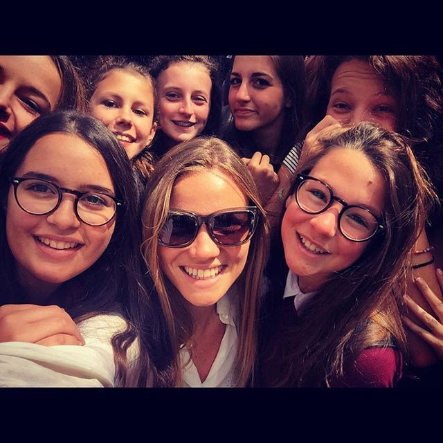 #FiammettaCicogna Fiammetta Cicogna: Come promesso... Eccola!! I found some beautiful Italian school girls in London..  ciao ragazze buona vacanza!!!