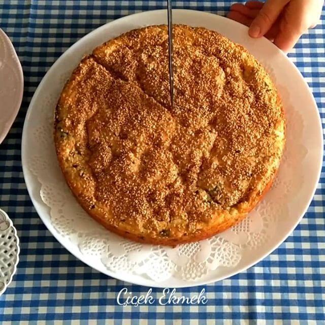 Peynirli Kek Tarifi için Malzemeler 3 adet yumurta 1 su bardağı yoğurt 1,5 su bardağı beyaz peynir Yarım demet maydanoz 1 su bardağından iki parmak eksik sıvı yağ-tereyağ