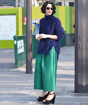 An Avant-Garde Approach To Under-The-Sea ChicWomen Fashion, Parisians Chic, Street Looks, Colors Mixed, Street Style, Over Sweaters, Parisienne Outfit, Green Fashion, Green Trousers