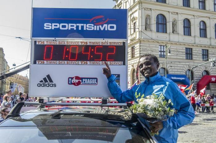 Record del mondo della Jepkosgei alla mezza maratona di Praga
