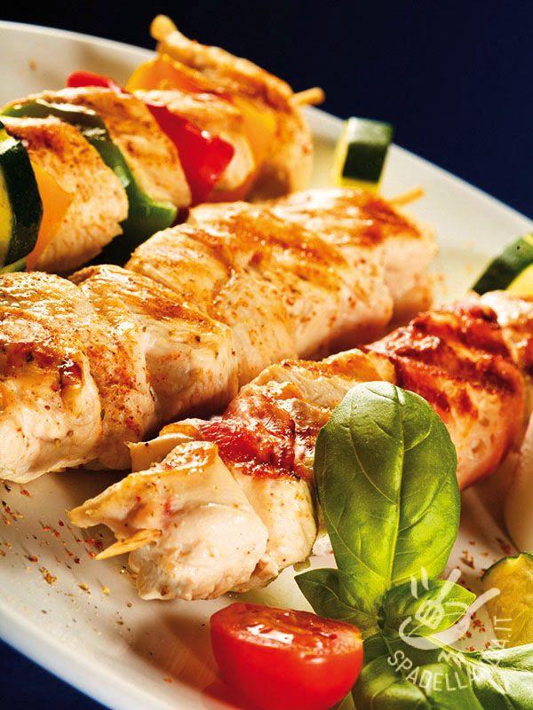Turkey kebabs with paprika - Provate gli Spiedini di tacchino alla paprika: si tratta di una ricetta molto saporita e speziata adatta a chi ama i gusti decisi e i piatti originali! #spiediniallapaprika