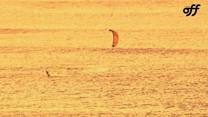 Sylvio Mancusi prática kitesurfe na costa norte da ilha de Oahu
