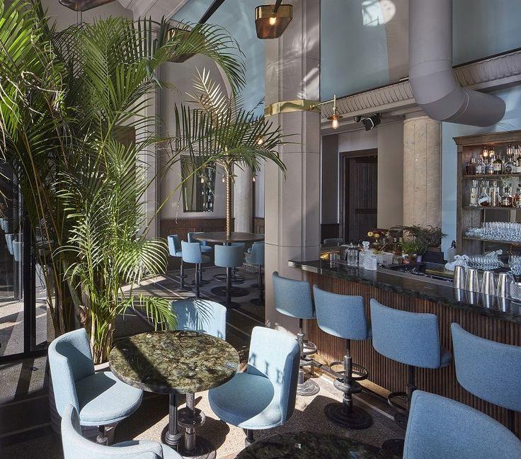 Warszawa zawsze słynęła ze swojego życia towarzyskiego i nie bez powodu nazywana była Paryżem Północy. Palmier przy Żurawiej to kuchnia francuska w wersji mini cuisine, który łączy cafe, brasserie i bar w jednym. To jedno z najpiękniejszych miejsc, które przypomni Wam paryskie lokalne knajpy z tradycją, a także łączy w sobie elegancką przeszłość przedwojennej Warszawy.