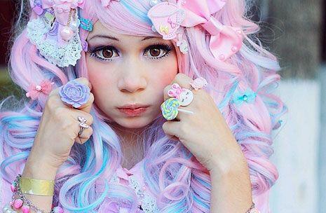 Пока во всём мире всё больше людей начинают следовать моде, молодёжь в Японии создаёт абсолютно новые, непохожие ни на какие другие стили. Один из таких - стиль Харадзюку. Вообще, Харадзюку - это квартал с множеством магазинов в Токио, но с недавнего времени это центр уличной японской моды для молодёжи.