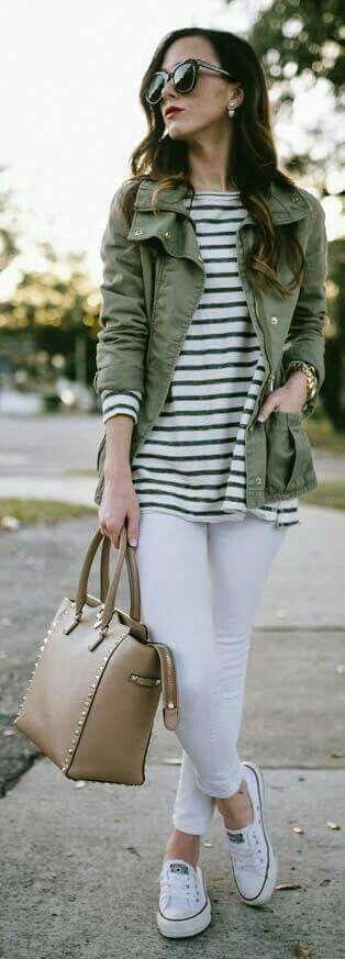 Para salir.   Cómoda y bonita.  Pantalones blancos, blusa rayada, cazadora verde índigo