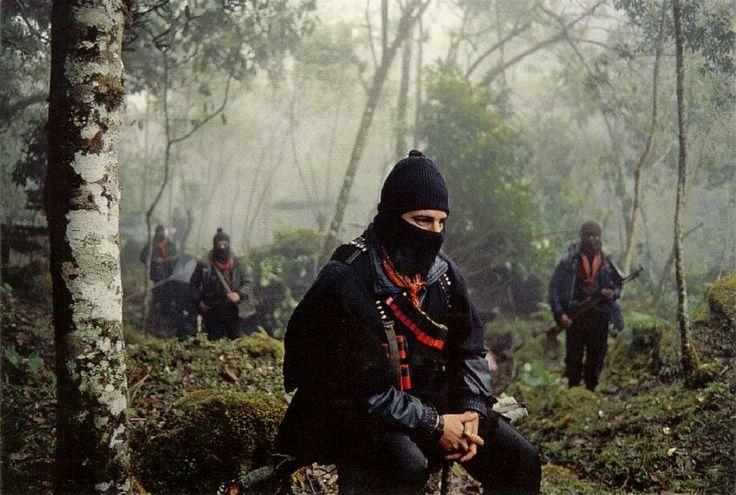 Marcos y le EZLN en la Selva Lacandona, Chiapas durante la primera entrevista para Argos TV enero de 1994 - foto por Antonio Turok