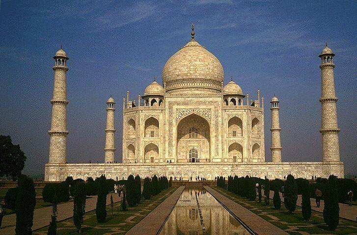 Tadż Mahal jest Jednym z siedmiu cudów świata w Agrze, mieście nad rzeką Jamuna, oddaloną o 200 kilometrów od Delhi – dawnej stolicy Indii.