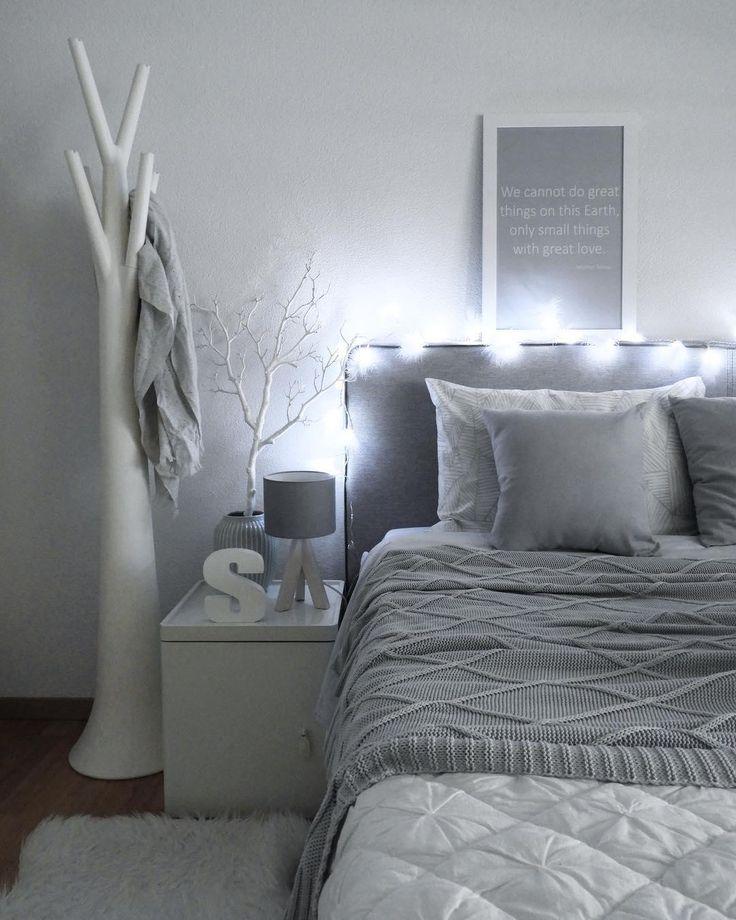 Verpasse Deinem Schlafzimmer ein leuchtendes Upgrade! Die LED-Lichterkette Raindrop sieht nicht nur super atmosphärisch aus, sondern bringt auch Dich selbst zum Strahlen. Ein Wohnaccessoire mit dem gewissen Etwas! //Schlafzimmer Bett Bettwäsche Kissen Ideen Grau Grey Nachttisch Einrichten Dekoration Deko #SchlafzimmerIdeen @va.interiorstyle – Westwing Home & Living Deutschland