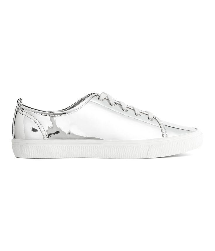 Sieh's dir an! Sneaker aus Lederimitat. Modell mit Schnürung und Fersenlasche. Futter und Innensohle aus Canvas. Laufsohle aus Gummi.  – Unter hm.com gibt's noch viel mehr.