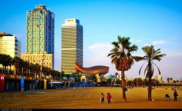 Vistas de la playa con el hotel Arts y la Torre Mapfre de fondo en Barcelona, España