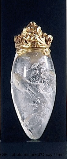 """René Lalique  Flacon à senteur  entre 1900 et 1902  """"Imitation cristal de roche"""" : verre soufflé moulé à cire perdue ; monture en or fondu et ciselé  musée d'Orsay, Paris, France"""