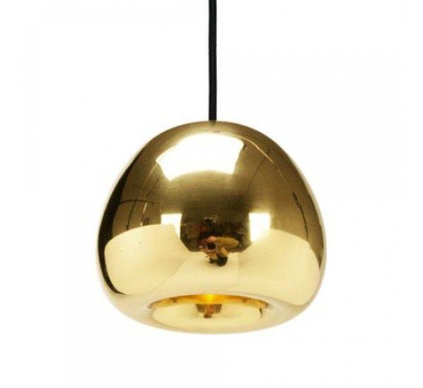 Void Mini è una lampada a sospensione di Tom Dixon. void può essere utilizzata da sola o in serie di tre o più lampade a sospensione che fanno riferimento alle medaglie olimpiche, realizzate da Tom Dixon utilizzando il rame, l'ottone e l'acciaio. Elegante, misurata e versatile, Void è definito