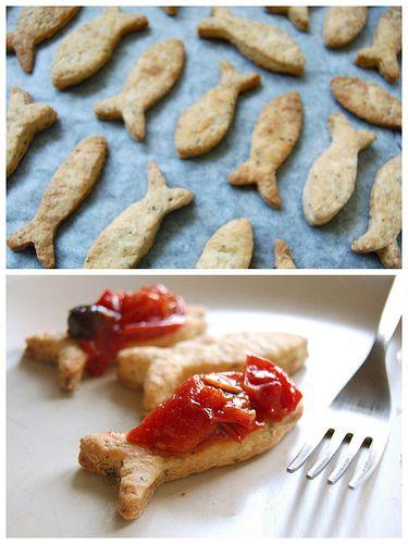 biscotti salati al pecorino e origano con pomodorini e olive