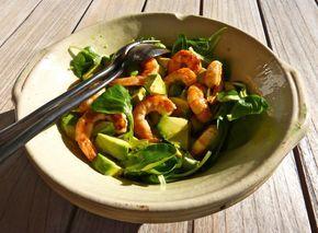 Bonjour, Les températures restant très douces pour la saison au Pays basque (il faisait 21° tout à l'heure!), j'ai eu envie de préparer pour le déjeuner une petite salade à déguster au soleil. C'est la pleine saison de la mâche ou Valerianella locusta...