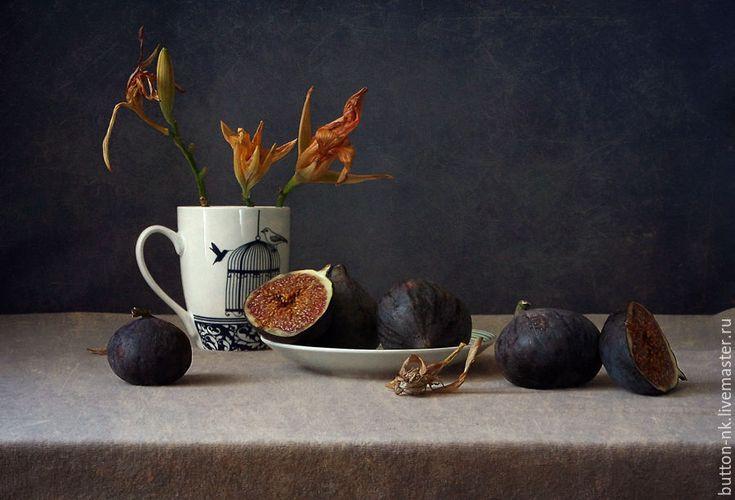 Купить Натюрморт Истории с инжиром - Осень. Инжир - 1 - тёмно-синий, оранжевый, лилии, инжир